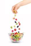 Bayas y frutas que caen mezcladas en cuenco Imágenes de archivo libres de regalías