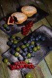 Bayas y galletas con el atasco Visión desde arriba Foto de archivo