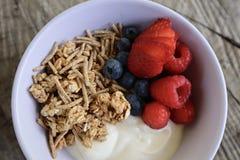 Bayas y Granola sanos del yogur del desayuno foto de archivo