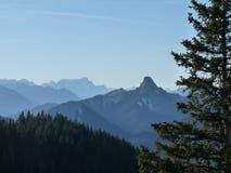 Bayerische Berge mit Wald im Vordergrund Stockfotos
