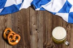 Bayerische Flagge als Hintergrund für Oktoberfest Stockbild