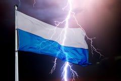 Bayerische Flagge mit bewölktem Himmel und Blitz Stockfotos