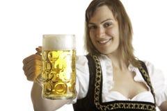Bayerische Frau hält Otoberfest Bier Stein an Stockfotografie