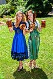 Bayerische Frauen mit Bier und Brezel stockfoto