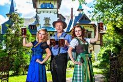 Bayerische Gruppe mit Bier Stockfotos