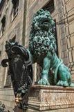 Bayerische Löwestatue an Palast Münchens Residenz Stockbild