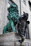 Bayerische Löwestatue an Palast Münchens Residenz Stockbilder