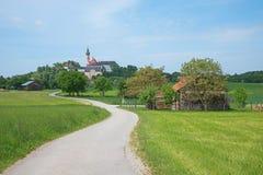 Bayerische Landschaft mit Kloster auf dem Hügel Lizenzfreies Stockbild