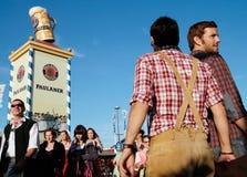 Bayerische Leute beim Oktoberfest lizenzfreies stockbild