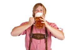 Bayerische Manngetränke aus oktoberfest Bier Stein heraus lizenzfreie stockfotografie