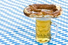 Bayerische Oktoberfest Brezel auf Bier stei Stockfoto