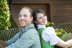 Bayerische Paare, die sich gegeneinander lehnen Stockbild