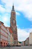 Bayerische Stadt mit Borduhr KontrollturmStr. Martin Kirche Lizenzfreie Stockfotos