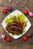Bayerische Würste gekocht auf dem Grill Alte Tabelle Lizenzfreie Stockfotos