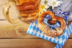 Bayerische weiche Brezel Oktoberfest mit Bier Stockfoto