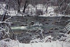 Bayerische Winterlandschaft, grüne fließende Wasser gestaltet durch Weiß stockfoto