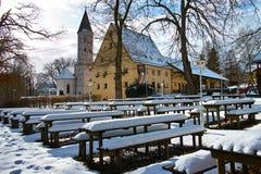 Bayerischer Biergarten im Winter durch Schnee Lizenzfreie Stockfotos