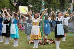 Bayerischer Festival-Maibaum-Tanz lizenzfreie stockfotografie