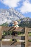 Bayerischer Junge Smilling in einer schönen Berglandschaft Stockfotografie