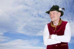 Bayerischer Mann, der oben zum blauen Himmel schaut Lizenzfreie Stockfotografie
