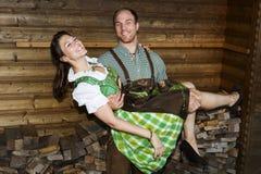 Bayerischer Mann, der seine Freundin hält Lizenzfreies Stockfoto