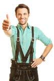Bayerischer Mann hält seine Daumen hoch Lizenzfreie Stockfotografie