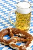 Bayerisches Bier und Brezel bei Oktoberfest Lizenzfreies Stockfoto