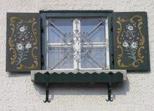Bayerisches Fenster mit Blendenverschlüssen Stockfotografie