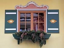Bayerisches Fenster mit grünen Fensterläden und Winterdekorationen, Aust Lizenzfreies Stockfoto
