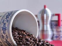 Bayerisches Kaffeeglas der Weinlese auf seiner Seite Stockbilder