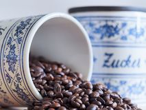 Bayerisches Kaffeeglas der Weinlese auf seiner Seite Lizenzfreies Stockbild