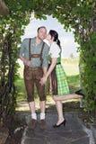 Bayerisches Mädchen, das ihrem Freund einen Kuss gibt Stockfotografie