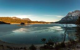 Bayern Eibsee på Zugspitzen i vinterpanorama fotografering för bildbyråer