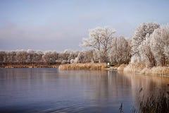 Bayern, gefrorener See bei Sonnenuntergang Lizenzfreies Stockbild