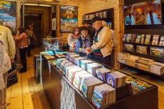 Bayern Tyskland - Oktober 15, 2017: Souvenir shoppar inom av Ne Arkivbilder
