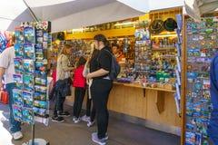 Bayern Tyskland - Oktober 15, 2017: Souvenir shoppar nära Neuschw Royaltyfria Bilder