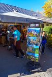 Bayern Tyskland - Oktober 15, 2017: Souvenir shoppar nära Neuschw Arkivbilder