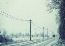 Bayern, Winteransicht der Landstraße unter Schneefällen Lizenzfreie Stockfotos