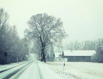 Bayern, Winteransicht der Landstraße unter Schneefällen Lizenzfreie Stockbilder