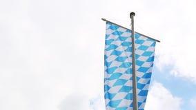 Bayersk flagga med molnig himmel lager videofilmer