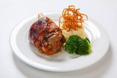 Bayersk grillad knoge av griskött och mosade potatisar på ljus bakgrund Fotografering för Bildbyråer