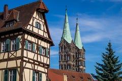 Bayersk kyrka och hus royaltyfri fotografi