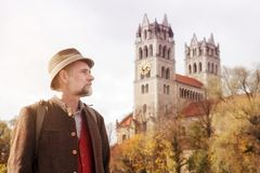 Bayersk man i hans 50-tal med kyrkan i bakgrunden Royaltyfria Foton