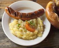 Bayersk mat, grillad korv och potatissallad Arkivbilder
