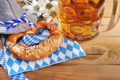 Bayersk Oktoberfest mjuk kringla med öl royaltyfri foto