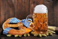 Bayersk Oktoberfest mjuk kringla med öl royaltyfri bild