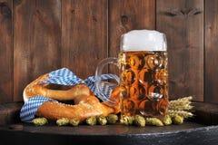 Bayersk Oktoberfest mjuk kringla med öl arkivbild