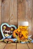 Bayersk pepparkakahjärta med öl arkivbild