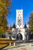 Bayersk port och träd i höstfärger, Landsberg am Lech, Tyskland arkivbilder