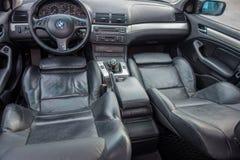 Bayersk väl utrustad bil med den eleganta och lyxiga inre fotografering för bildbyråer